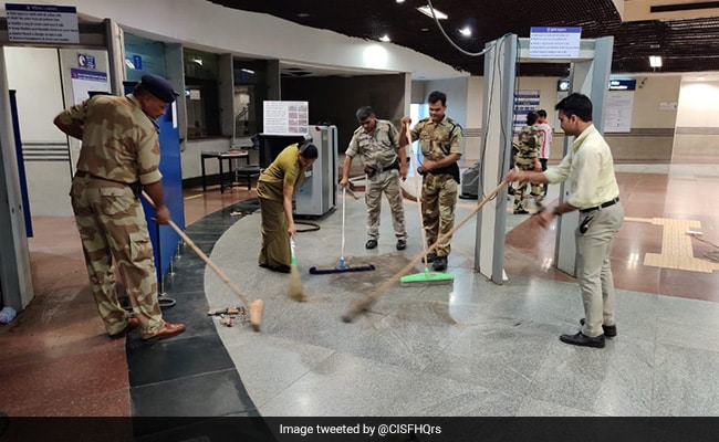 Delhi Metro Officials Participate In Cleanliness Drive At Metro stations