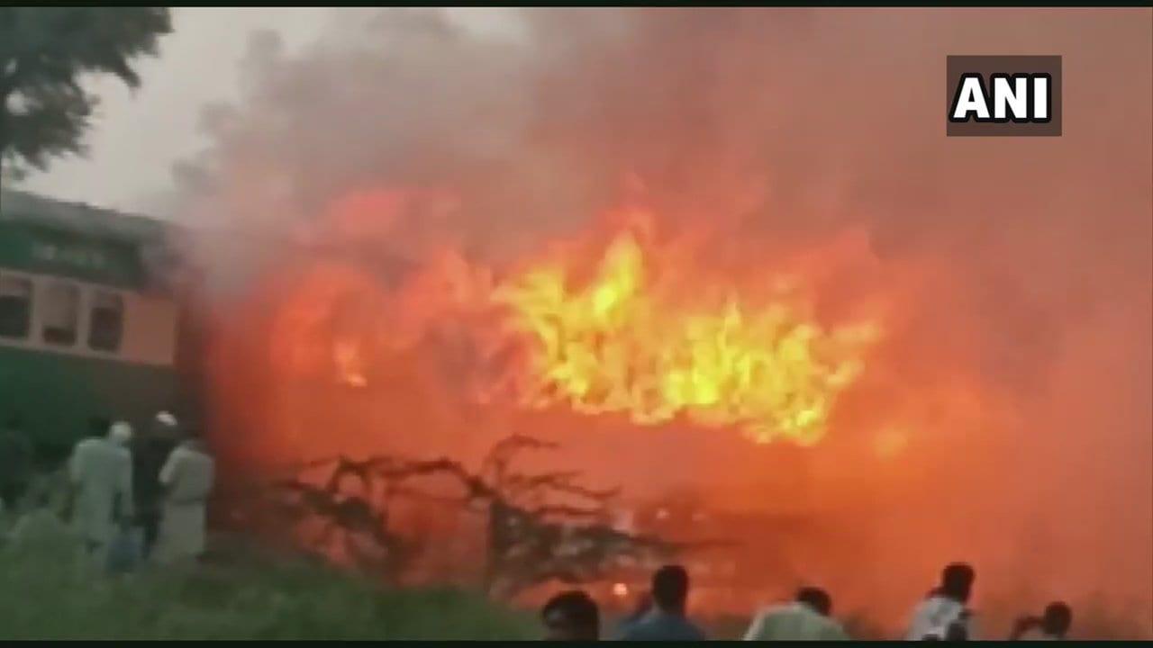 पाकिस्तान : ट्रेन में विस्फोट से 73 की मौत, गैस सिलेंडर पर खाना बना रहे थे दो यात्री