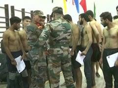 Jammu Kashmir : श्रीनगर में सेना में भर्ती होने के लिए लगी कतार, सैकड़ों की तादाद में पहुंचे युवा