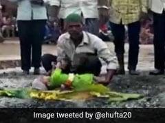 मन्नत पूरी करने के लिए 'अंगारे' पर फेंके जाते हैं बच्चे, तस्वीर साझा कर भड़कीं बॉलीवुड डायरेक्टर-जानें मामला