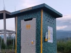 इस शख्स ने सिंगल यूज प्लास्टिक से पब्लिक के लिए बनाया फ्री टॉयलेट, 9,000 बोतलों का किया इस्तेमाल
