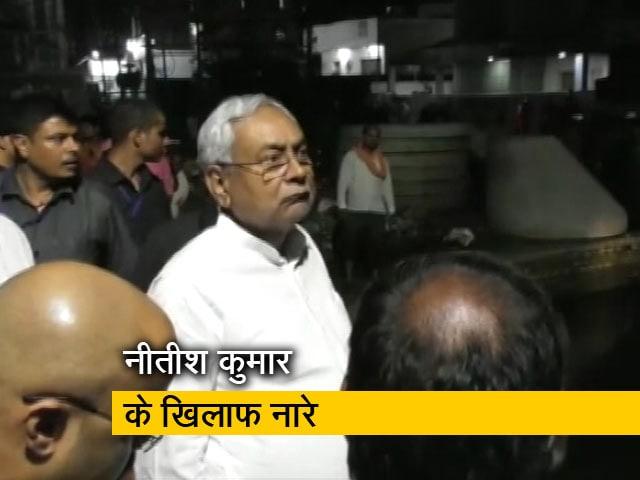 Videos : बाढ़ पीड़ितों ने सीएम नीतीश कुमार की गाड़ी को घेर कर लगाए नारे