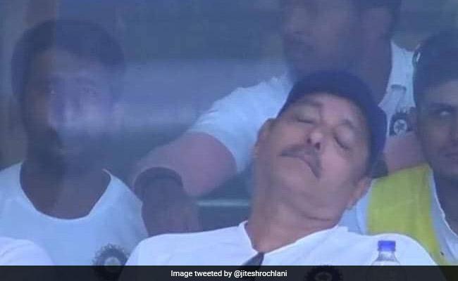 India Vs South Africa: मैच के दौरान नींद लेते नजर आए Ravi Shastri, लोग बोले- '10 करोड़ रुपये की नींद...'