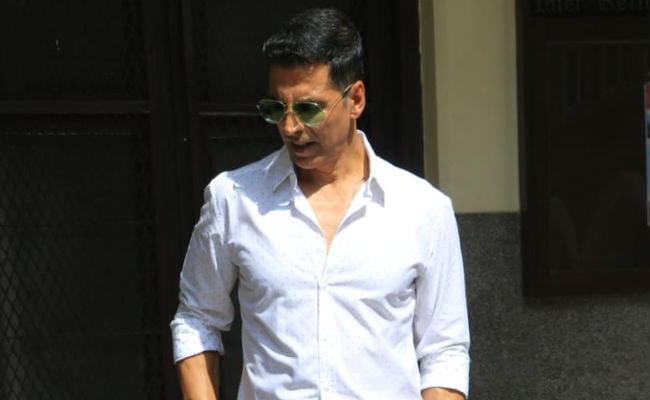 Akshay Kumar Rescues An Artist Who Fell Unconscious On A Harness