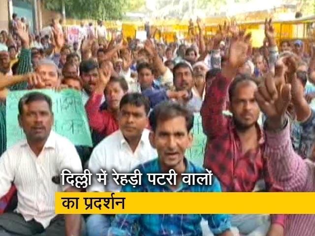 Videos : रवीश कुमार का प्राइम टाइम: दिल्ली के सिविक सेंटर में विरोध प्रदर्शन पर बैठे रेहड़ी पटरी वाले