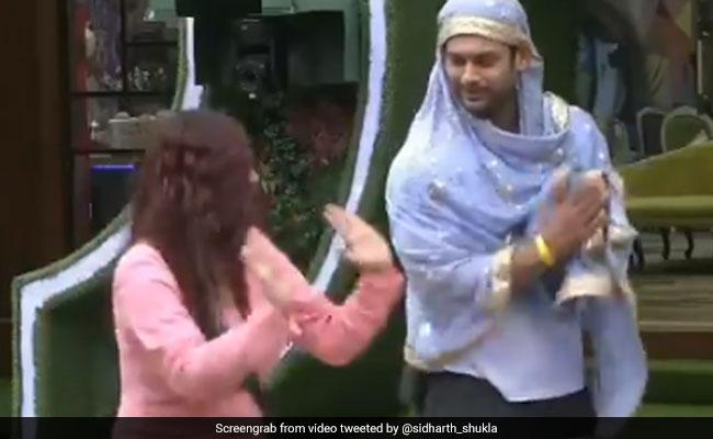 Bigg Boss: दुपट्टा ओढ़ सिद्धार्थ शुक्ला ने शहनाज गिल संग पाया गिद्दा, देखें बिग बॉस का यह अनदेखा Video