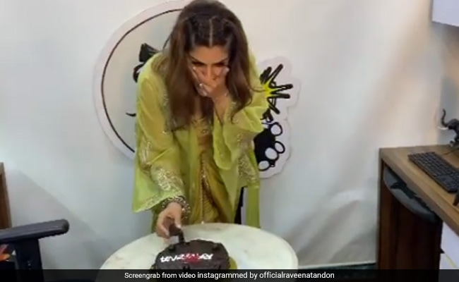बर्थडे से पहले ही रवीना टंडन ने सेलिब्रेट किया अपना जन्मदिन, सोशल मीडिया पर जमकर वायरल हो रहा है Video