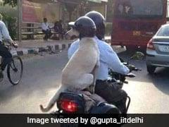 दिल्ली में बाइक पर सवार कुत्ते ने पहना हेलमेट, फोटो हुई वायरल, लोग बोले- 'ट्रैफिक पुलिस का खौफ...'