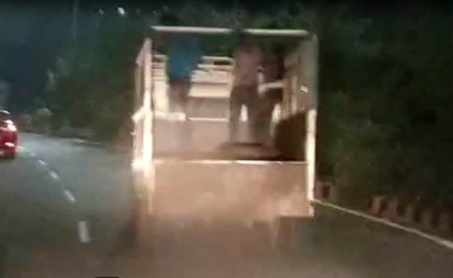 बजरंग दल कार्यकर्ता को गौ तस्करों ने मारी गोली, गाड़ी दौड़ाते हुए सामने आया Video