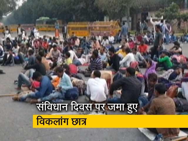 Videos : रवीश कुमार का प्राइम टाइम: दिल्ली के मंडी हाउस पर फिर प्रदर्शन करने पहुंचे रेलवे के विकलांग उम्मीदवार