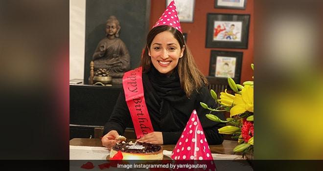 Yami Gautam Festeggia Il Compleanno Con La Famiglia, La Torta Vi Farà Sbavare Troppo (Vedi Foto)