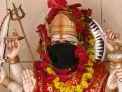 காற்று மாசு காரணமாக கடவுளுக்கும் மாஸ்க் - வாரணாசியில் முகமூடியுடன் அருள் பாலிக்கும் தெய்வங்கள்
