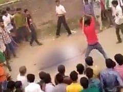 कुल्हाड़ी से बीवी की हत्या कर भाग रहा था, गांववालों ने पीट-पीटकर मार डाला, VIDEO वायरल होने पर 100-150 के खिलाफ मामला दर्ज