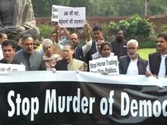 संसद में कांग्रेस सांसद और मार्शलों के बीच धक्का-मुक्की, 'स्टॉप मर्डर ऑफ डेमोक्रेसी' लिखे पोस्टर के साथ कर रहे थे प्रदर्शन