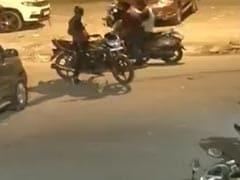 गाड़ी टकराने पर हुई बहस, फिर बाइक सवार बदमाशों ने मारे ताबड़तोड़ चाकू, CCTV में कैद हुई पूरी वारदात