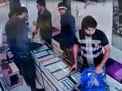 अयोध्या को लेकर हाईअलर्ट पर थी दिल्ली, फिर भी दिनदहाड़े ज्वेलरी शॉप में हो गई लाखों की डकैती, देखें VIDEO