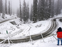 Cold Wave Intensifies In Kashmir, Gulmarg Freezes At Minus 11.4 Degrees