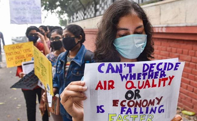 दिल्ली में प्रदूषण को लेकर एक केंद्रीय मंत्री ने कहा 'गाजर खाओ' तो दूसरे बोले 'संगीत सुनिए' तो लोगों में ऐसे फूटा गुस्सा