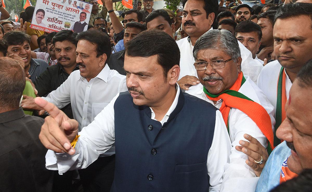 सरकार जाते ही महाराष्ट्र के पूर्व CM देवेंद्र फडणवीस की दिक्कतें भी बढ़ीं, कोर्ट ने भेजा समन