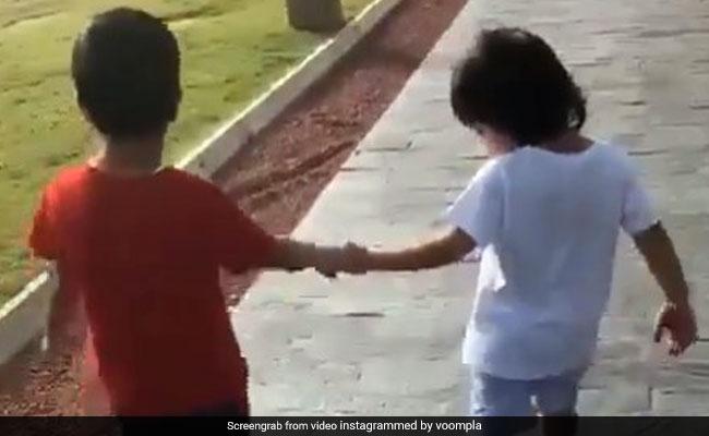 Taimur Ali Khan का दिखा नया अंदाज, दोस्त के हाथों में हाथ डाल चलते दिखे 'छोटे नवाब'- देखें Video