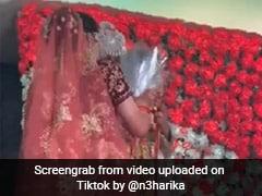 TikTok Viral: दुल्हन के स्टेज पर आते ही दूल्हे ने किया ऐसा काम, Video देख लोग बोले- नज़र ना लगे