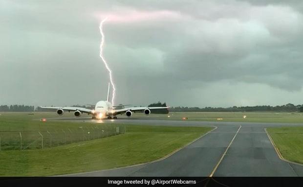 चलते प्लेन के पास अचानक गिरी बिजली, पायलट ने किया फिर कुछ ऐसा... देखें VIDEO