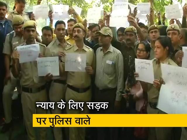 Videos : वकीलों के खिलाफ कार्रवाई नहीं होने के विरोध में प्रदर्शन कर रही है दिल्ली पुलिस