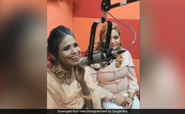 फिल्मों के बाद रेडियो स्टेशन पर गाना गाती दिखीं रानू मंडल, सोशल मीडिया पर वायरल हो रहा है Video