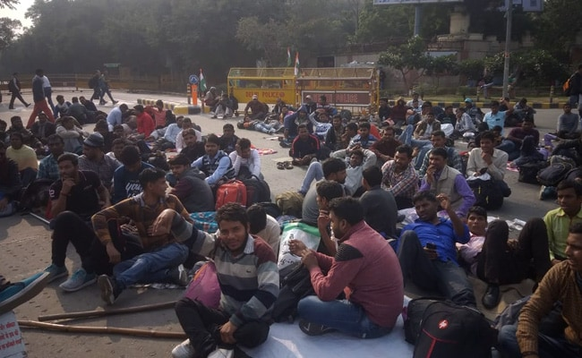 दिल्ली: मंडी हाउस में विकलांग उम्मीदवारों का प्रदर्शन जारी, रेलवे बोर्ड के खिलाफ है नाराजगी