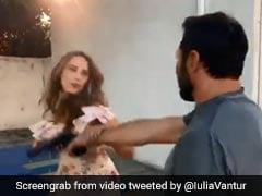 सलमान खान की खास दोस्त को इस शख्स ने दिखाई बंदूक, तो पीट-पीटकर कर दिया बुरा हाल...देखें  Video