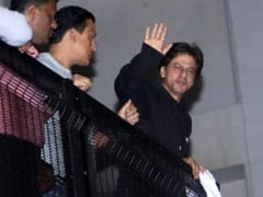 Shah Rukh Khan's Midnight Birthday Celebrations With Fans Outside Mannat. See Pics