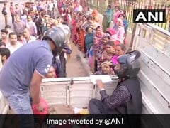Bihar Cooperative Workers, In Helmets, Sell Onions Fearing Public Outrage
