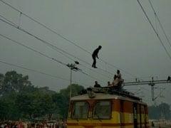 ट्रेन की तारों के ऊपर चढ़कर कलाबाजी कर रहा था शख्स, देखकर लोग हैरान... देखें VIDEO