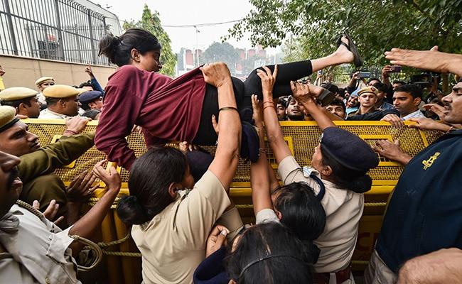 JNU ने बढ़ी हॉस्टल फीस में कटौती की, छात्रों के भारी विरोध के बाद यूनिवर्सिटी प्रशासन ने लिया फैसला