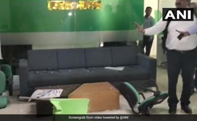 पुणे में शिवसेना कार्यकर्ताओं ने बीमा कंपनी के कार्यालय में तोड़फोड़ की
