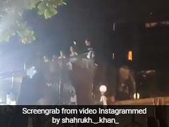शाहरुख खान को देख बेकाबू हुए फैन्स, 'मन्नत' के बाहर लगी भारी भीड़,Video हुआ Viral