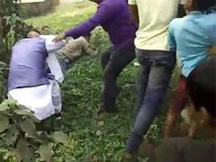 पश्चिम बंगाल में कैमरे के सामने बीजेपी उम्मीदवार को मारी लात, सामने आया पिटाई का Video