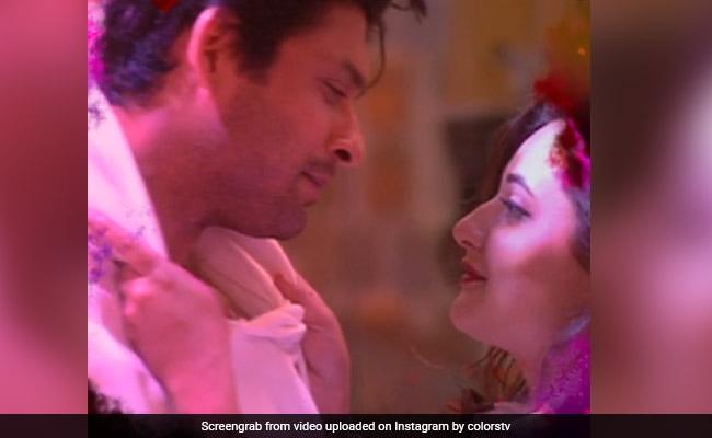बिग बॉस में रोमांटिक अंदाज में नजर आए सिद्धार्थ शुक्ला और रश्मि देसाई, देखें Video