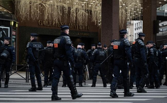 'Yellow Vest' Protesters Shut Down Top Paris Department Store