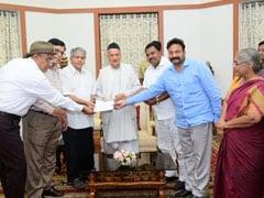महाराष्ट्र : प्रकाश अम्बेडकर राज्यपाल से मिले, लगाई गुहार- राष्ट्रपति शासन लगने से बचाएं