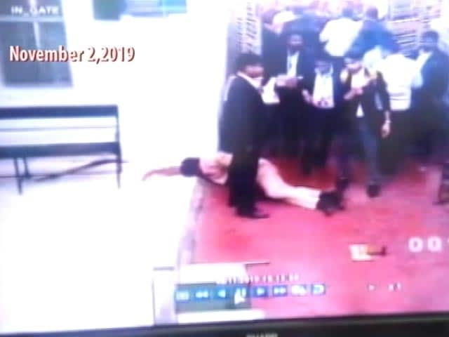 Video : Huge Mob Of Lawyers Targeted Police At Delhi Court: Watch