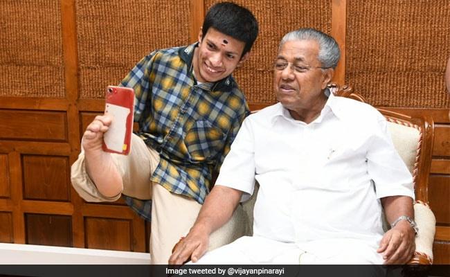 केरल के CM के साथ पेंटर ने ली पैर से सेल्फी, मुख्यमंत्री ने फोटो पोस्ट कर लिखी ऐसी बात
