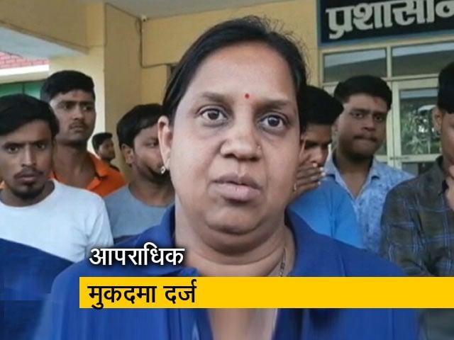 Videos : BHU की डिप्टी चीफ प्रॉक्टर को RSS का झंडा उतरवाना पड़ा महंगा