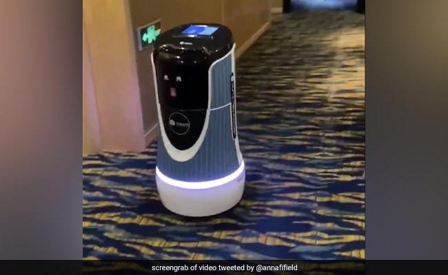Watch: रोबोट लेकर आया कॉफी! इस होटल की रूम सर्विस ने जर्नलिस्ट को किया सरप्राइज