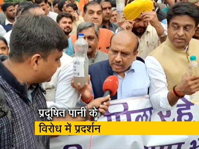 Videos : दिल्ली: बीजेपी ने सीएम केजरीवाल के घर के बाहर प्रदर्शन किया