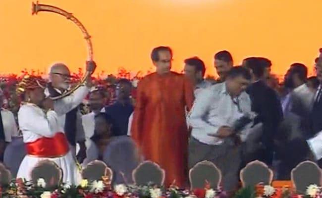 Uddhav Thackeray Oath Ceremony : उद्धव ठाकरे बने महाराष्ट्र के CM, छह कैबिनेट मंत्रियों ने भी ली शपथ