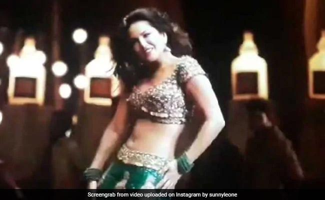 Sunny Leone के डांस को देख सिनेमा हॉल में फैन्स हुए बेकाबू, बार-बार देखा जा रहा Video