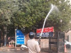 दिल्ली में प्रदूषण : हॉटस्पॉट पर पानी का छिड़काव करके राहत की कोशिश