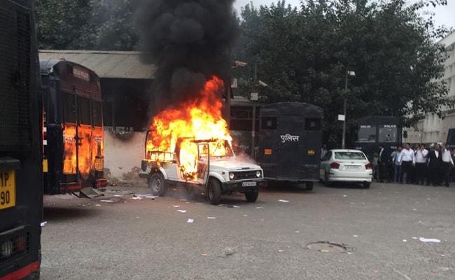 दिल्ली: तीस हजारी कोर्ट में वकीलों और पुलिस के बीच झड़प, फायरिंग के साथ तोड़फोड़ और आगजनी भी हुई