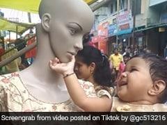 TikTok Video: प्यार से सहला रहा थी डमी के गाल, तभी अचानक हुआ कुछ ऐसा...कांप गई बच्ची